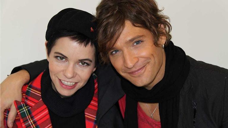 """Andreas Johnson tillsammans med Carolina Norén. Andreas tävlar med låten """"Lovelight"""" i Melodifestivalen 2012 deltävling 3 i Leksand. Foto: Kajsa Lindh / Sveriges Radio"""