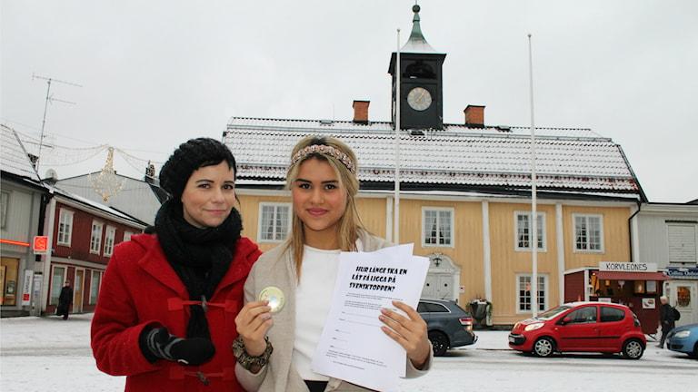 Bianca Frenden hjälpte sina frusna kolleger i butiken hon jobbar i på Stora Torget att hämta röstningsblanketter. Foto: Ronnie Ritterland / Sveriges Radio
