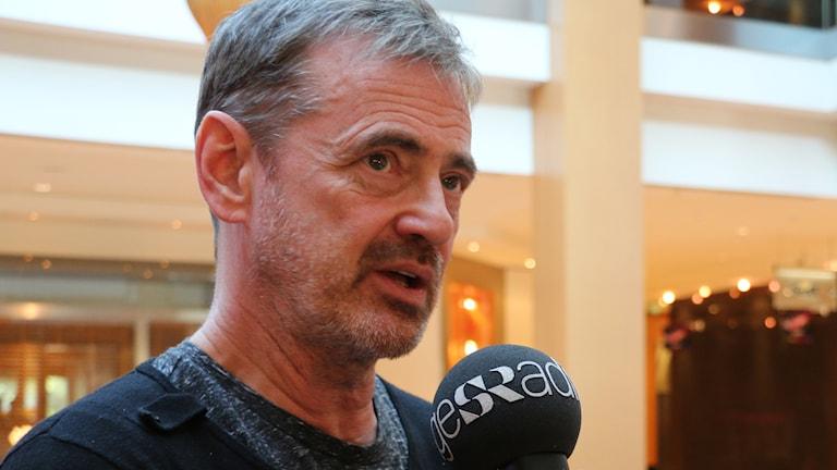 """Carolina Norén intervjuar Christer Björkman om måndagens rubriker i kvällstidningarnas rubriker om """"plagiatstorm"""". Foto: Ronnie Ritterland / Sveriges Radio"""