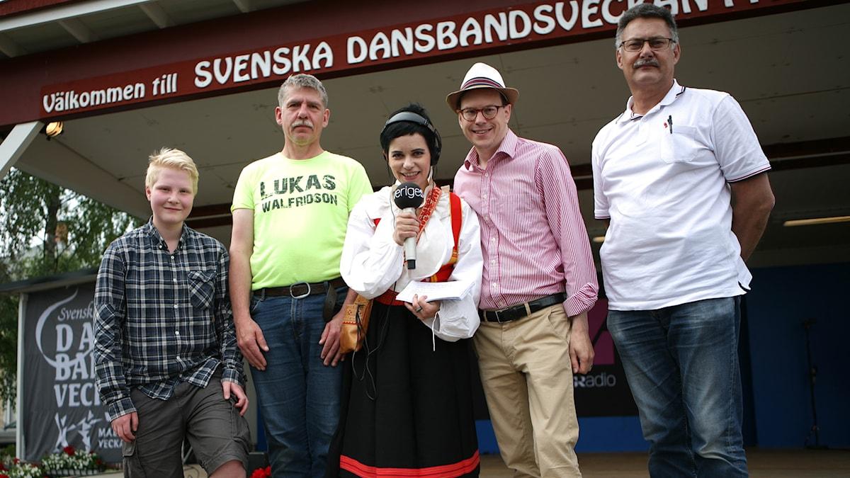 Carolina Norén tillsammans med medverkande från publiken. Foto: Jonas Ekblom/Sveriges Radio