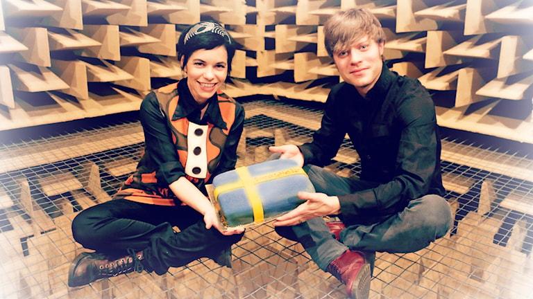 Carolina Norén bjöd in Björn Dixgård och firade treårsjubileet på klassiskt vis med svensktoppstårta! Foto: Ronnie Ritterland / Sveriges Radio