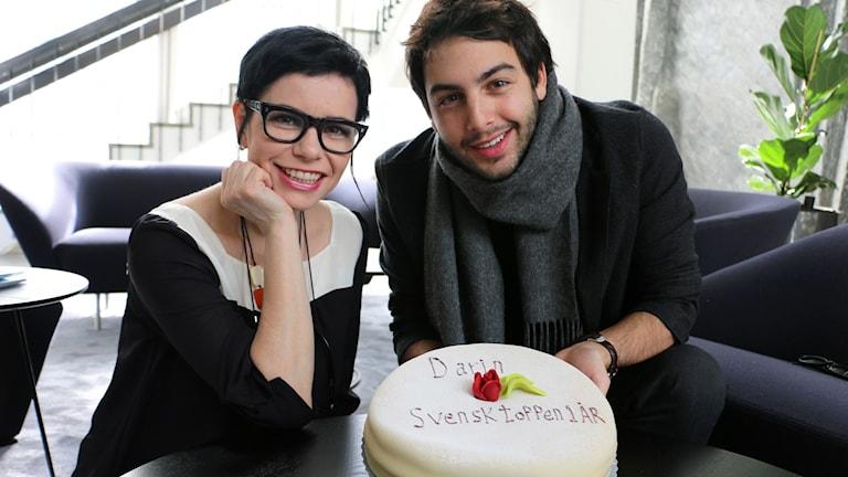 Darin firar ett år på Svensktoppen tillsammans med programledaren Carolina Norén som bjuder den första Guldettåringen efter regelförändringen på tårta.