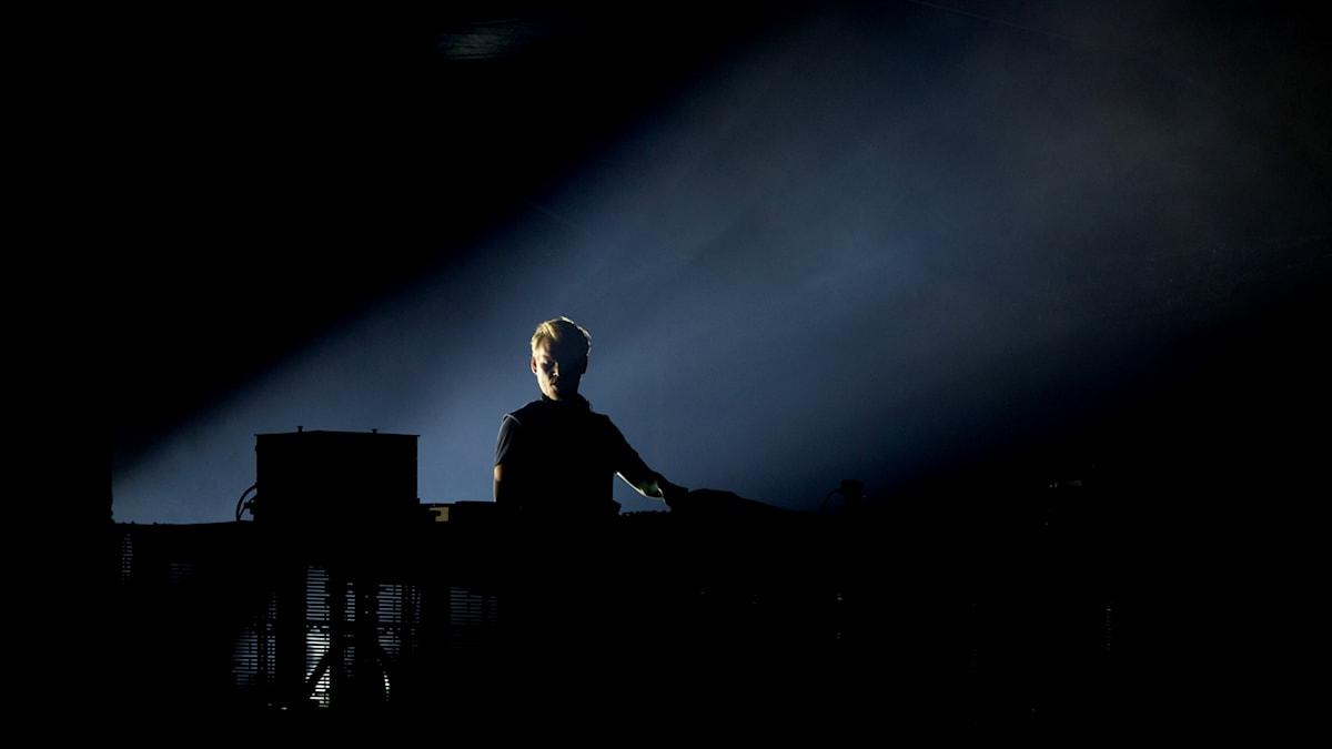 """Kanske inte helt förvånande klättrar Avicii och Aloe Blacc upp till förstaplatsen den här veckan med nya """"SOS""""."""