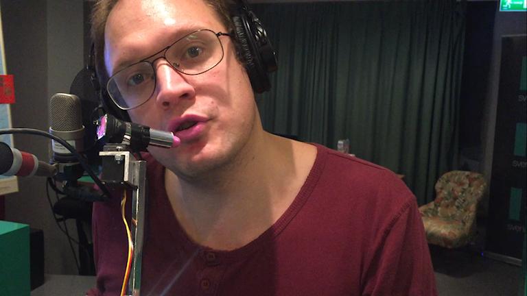 Jonatan Unge är i studion och får testa läppstiftsrobotens ljusrosa färg!