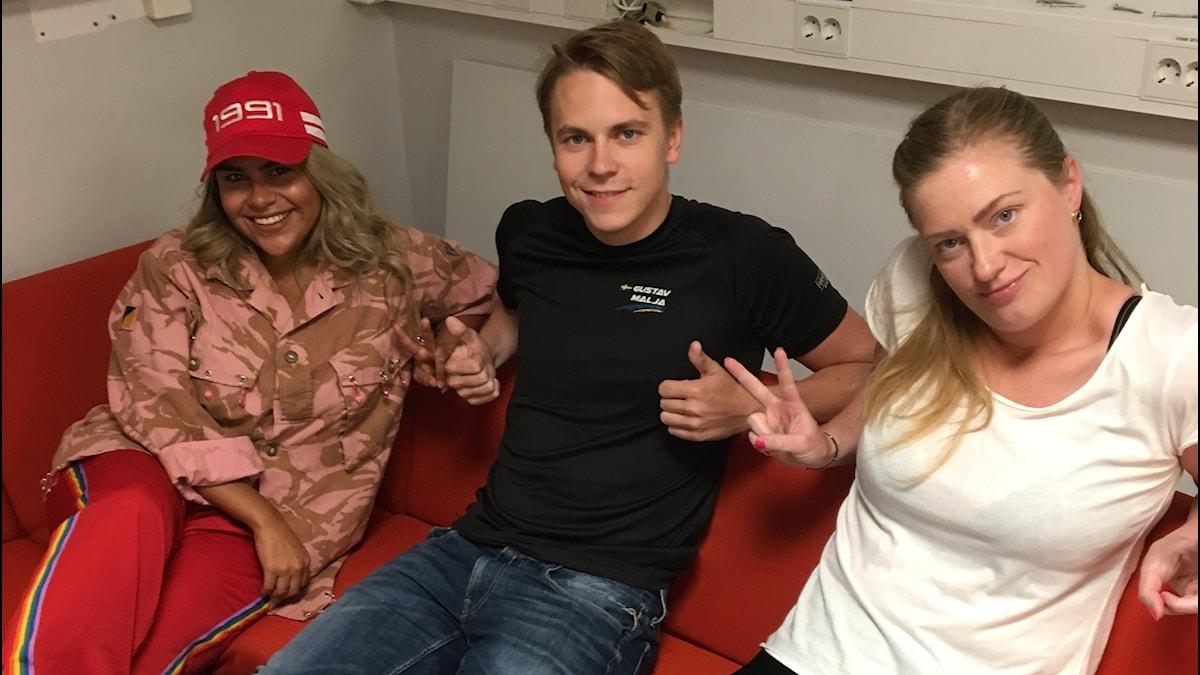 Arantxa, Gustav och Sara sitter i en röd soffa.