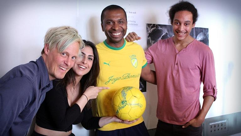 Sergio de Souza kom till studion och lärde oss sambafotboll! Foto: Gustaf Widegård/SR