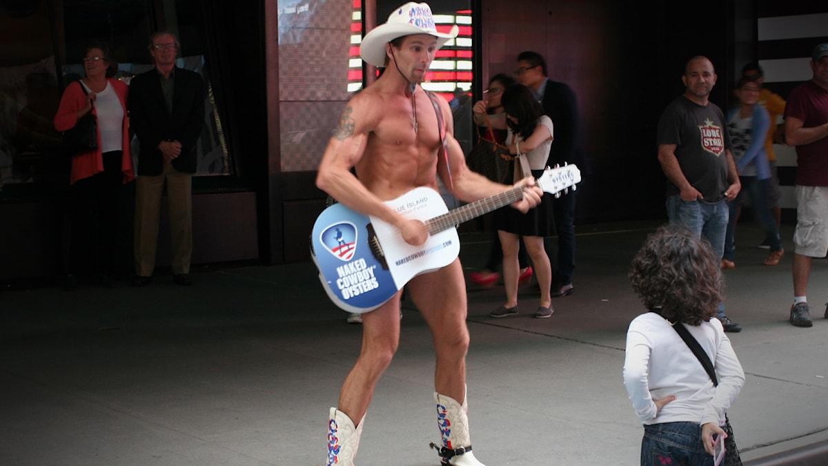 The naked cowboy i New York, klassiskt naken kille. Simon gillar det INTE. Foto: Glen Mclarty/Flickr/CC BY 2.0