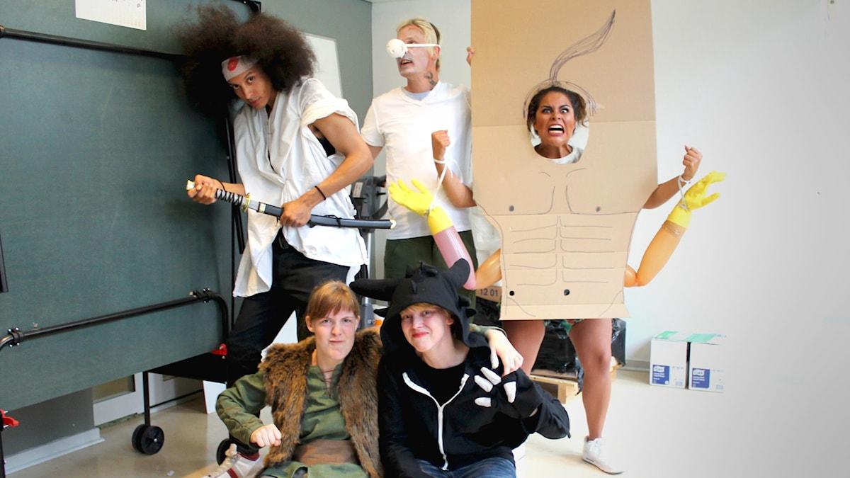 Alla programledarna och våra två gäster utklädda till olika karaktärer. Victor = Afro Samurai, Simon = Fone Bone = Arantxa = Goro. Foto: Gustaf Widegård/SR