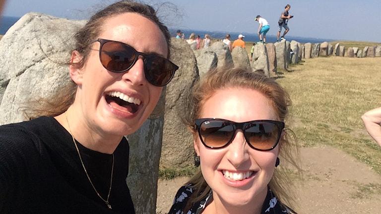 Anna tillsammans med Hanna Viklund, turistguide, vid Ales stenar. Foto: Anna Emanuelsson/SR