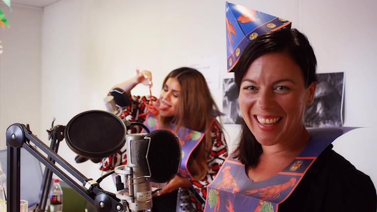 Sveriges Mästerkock-vinnaren Sandra Mastio hälsar på i studion och har kräftskiva med Arantxa och Simon. Foto: Emma Leyman/SR