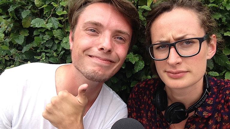 Reporter-Anna och August Bjerkén. August gör tummen upp mot kameran. Foto: Anna Emanuelsson/SR