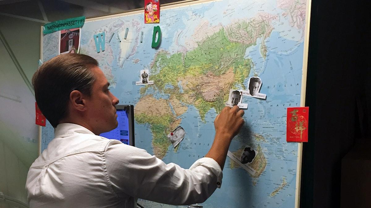 David prickar dit utrikeskorren Felix på världskartan. Foto: Paulo Saka/SR