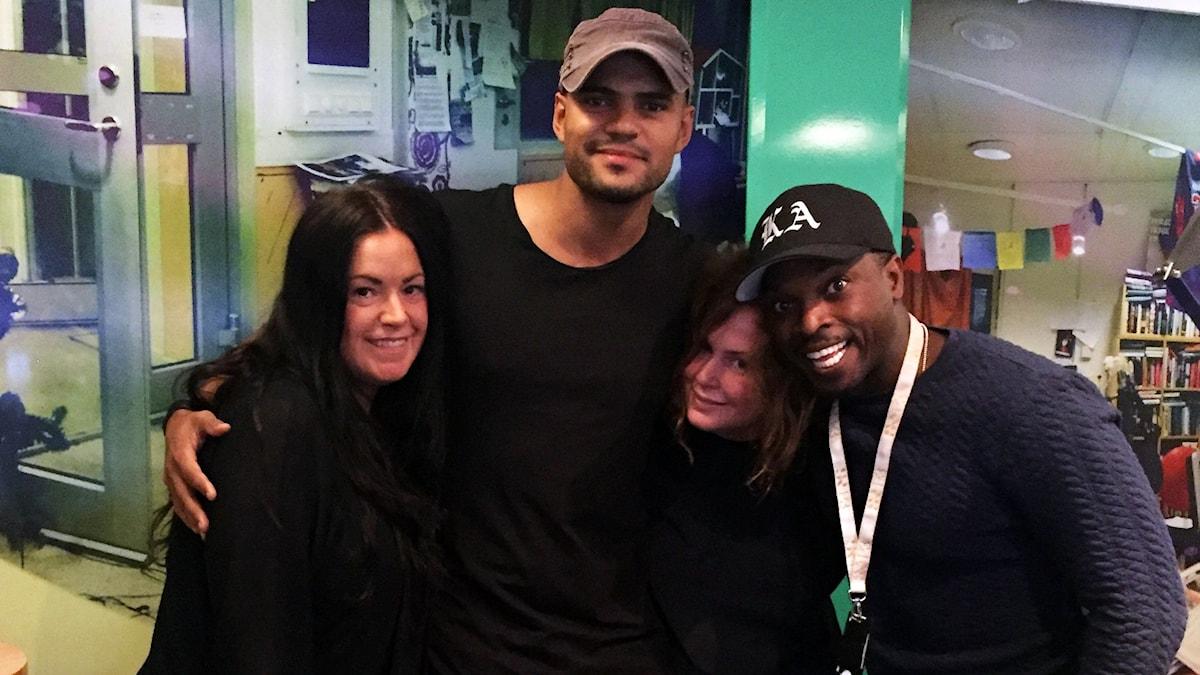 Martina, artisten Mohombi,Hanna och Kodjo i studion