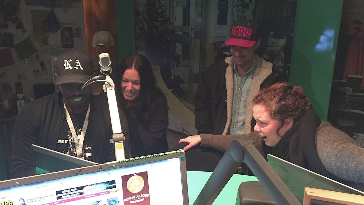"""Kodjo, Martina, David & Hanna kollar på klipp från """"Tillbaka till framtiden"""". Foto: Paulo Saka/SR"""