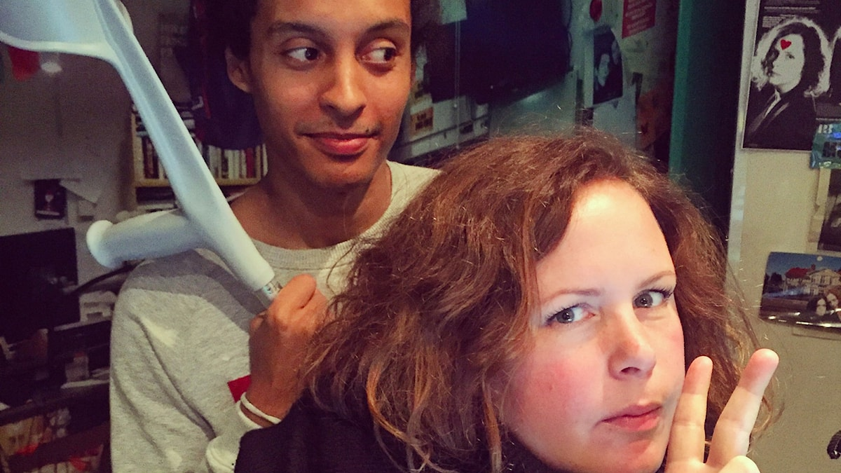 Victor håller i Hannas krycka och Hanna ser cool ut. Foto: Paulo Saka/SR