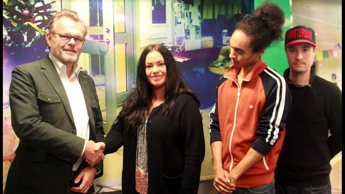 """Diplomaten Jens Odlander skakar hand med Morgonpassets """"diplomat"""" Martina, medan Victor och David lajvar bodyguards. Foto: Paulo Saka/SR"""