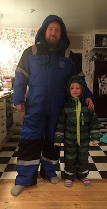 Johan Bernfalk med sin son Sebastian reppar overallen! Foto: Karin Bernfalk/privat