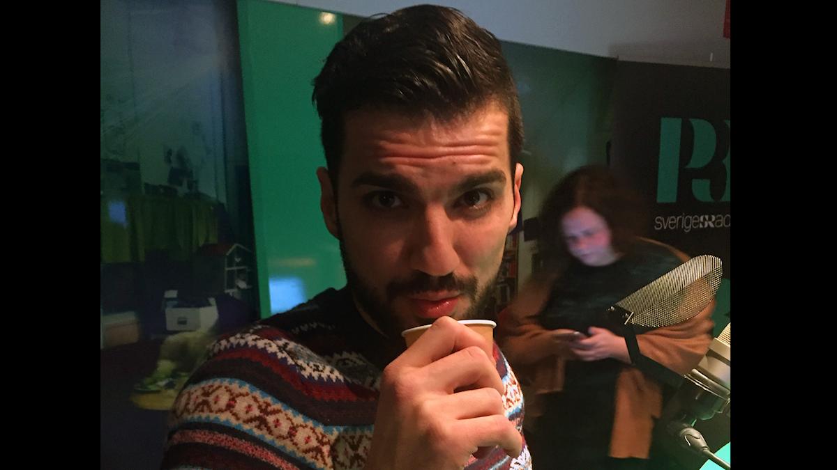 "Behrad ger kameran ""sexy eyes"" under en låtpaus. Foto: Paulo Saka/SR"