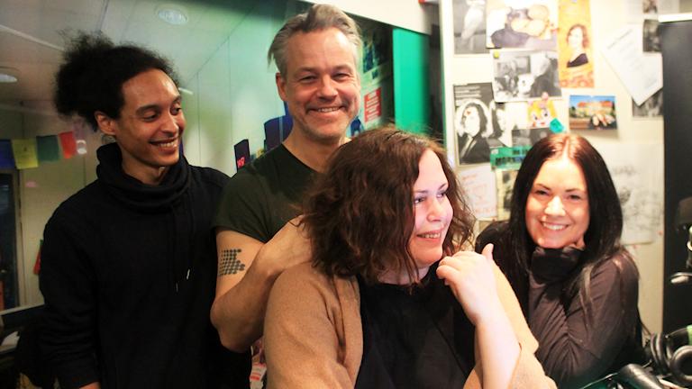 Victor, Henrik Schyffert, Hanna och Martina skrattar så det ryker. Foto: Paulo Saka/SR