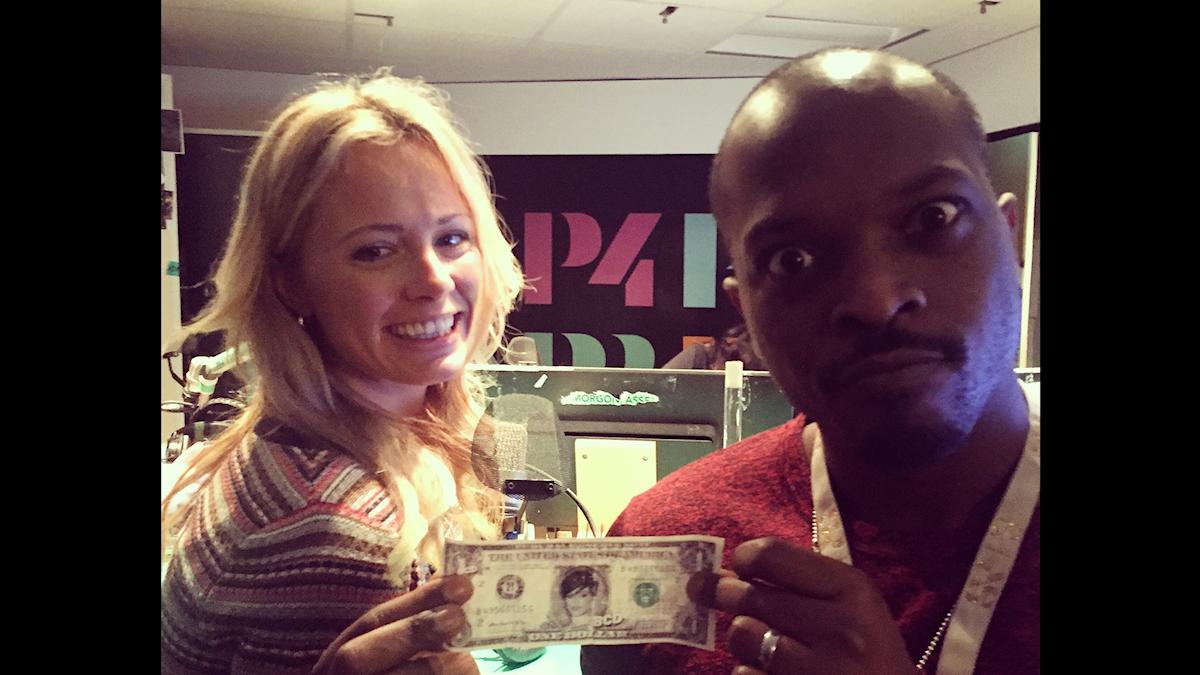 Carolina Neurath och Kodjo snackar pengar, inte Rihanna-dollars, under en låtpaus. Foto: Paulo Saka/SR