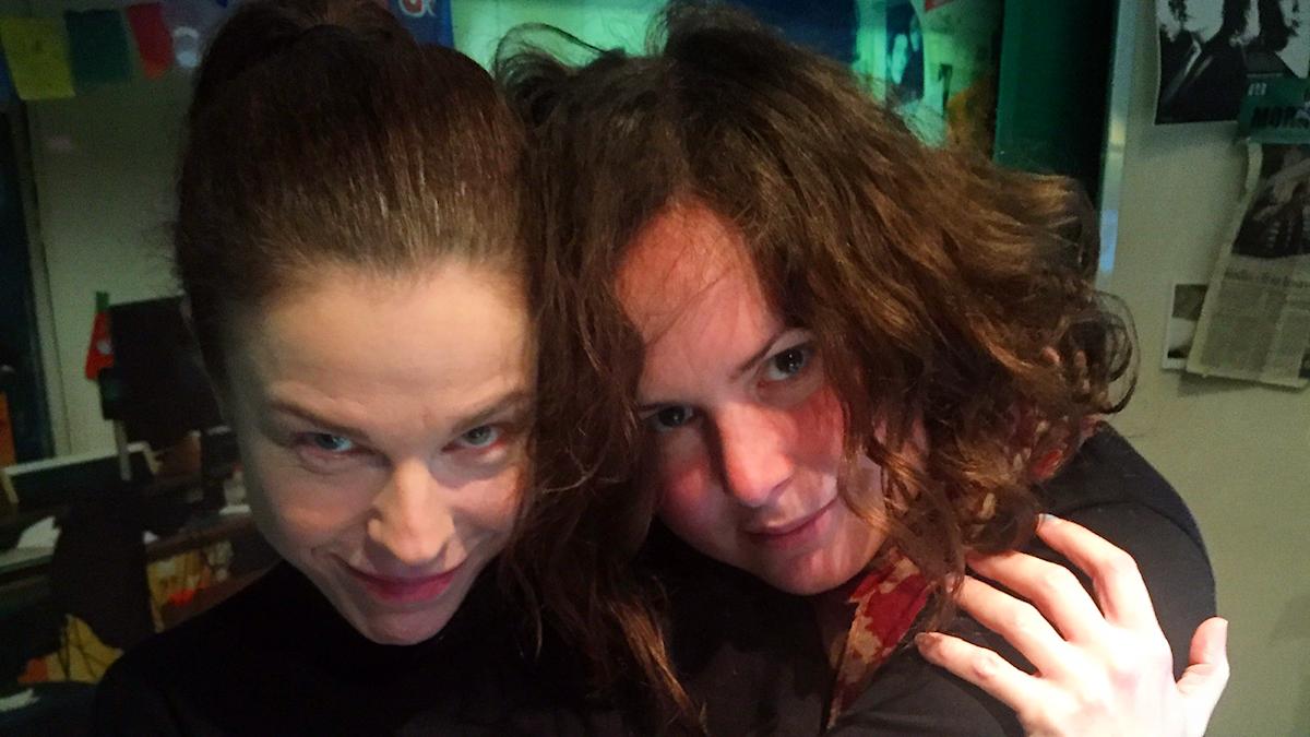 Jessika Gedin och Hanna myser under låtpaus. Foto: Paulo Saka/SR