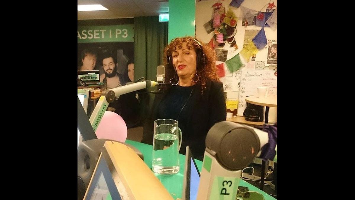 Daniella Gordon hänger kvar och svarar på sjukt många lyssnarfrågor. Foto: Isabel Eriksson/Sveriges Radio