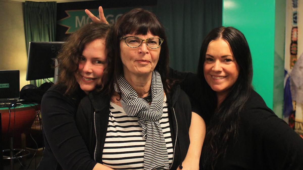 Hanna, Lena Kättström Höök och Martina under en låtpaus. Foto: Paulo Saka/SR
