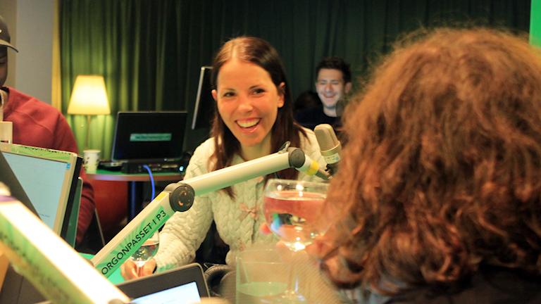 Charlotte Kalla och Hanna snackar under låtpausen. Foto: Paulo Saka/SR