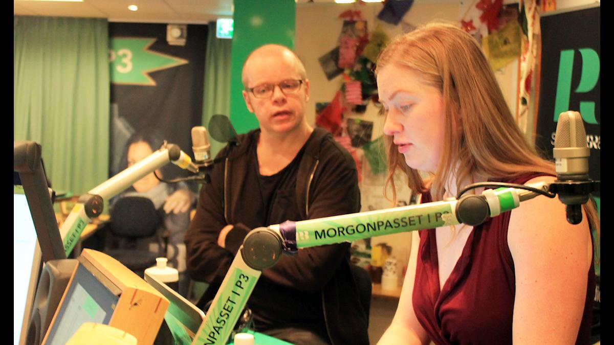 Magnus Västerbro och Sara snackar under låtpaus. Foto: Paulo Saka/SR