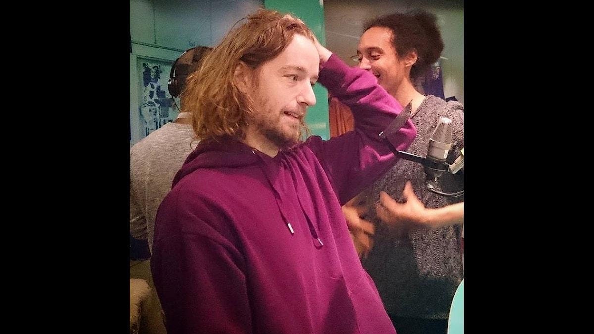 Nisse Hallberg, Victor Linnér och där i bakgrunden även Kodjo som testar VR. Foto: Isabel Eriksson/Sveriges Radio