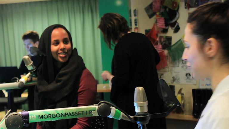 Journalisten Bilan Osman snackar med Nour innan intervjun. Foto: Paulo Saka/SR