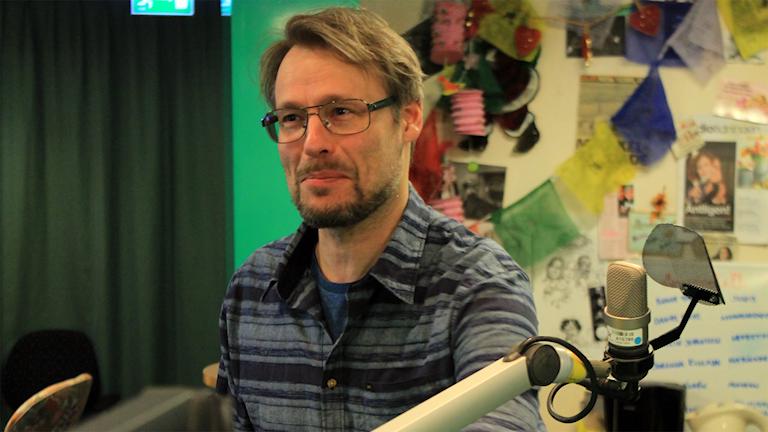 Journalisten Sven Bergman i studion. Foto: Paulo Saka/SR