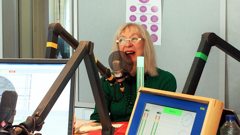 Suzanne Osten i studion med Martina, David och Hanna. Foto: Paulo Saka/SR