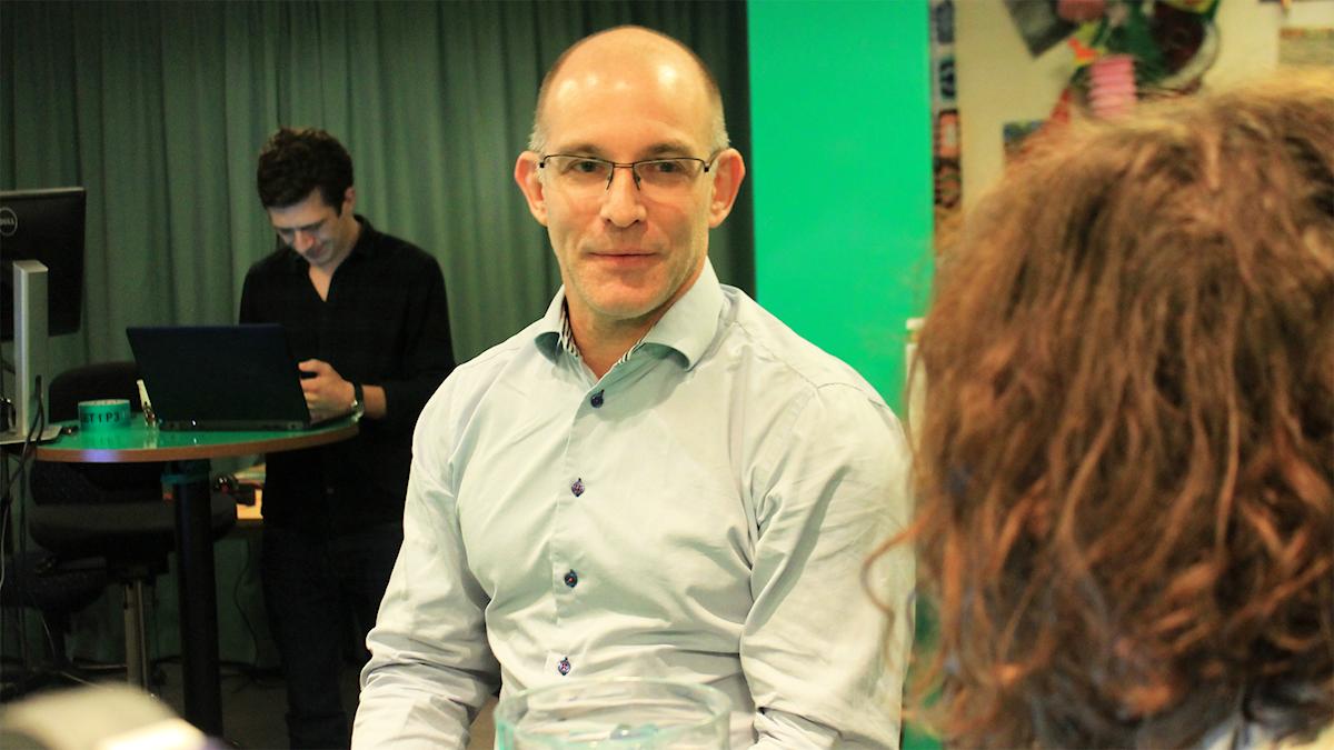 Håkan Kjellberg snackar med Hanna under låtpausen. Foto: Paulo Saka/SR