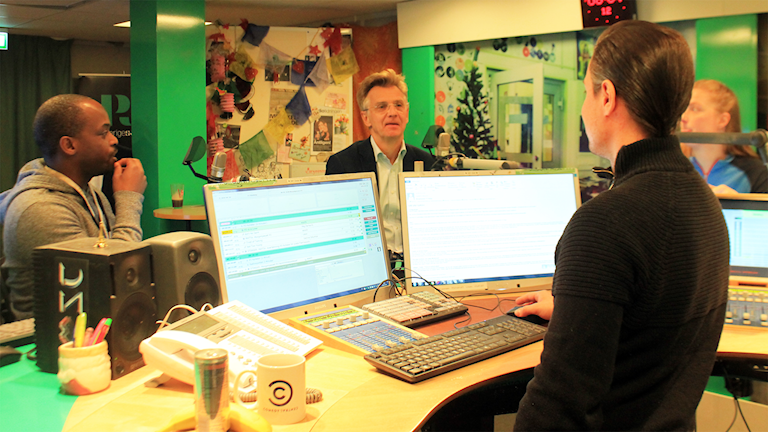 Kodjo, Anders Danielsson, David och Sara snackar under låtpausen. Foto: Paulo Saka/SR