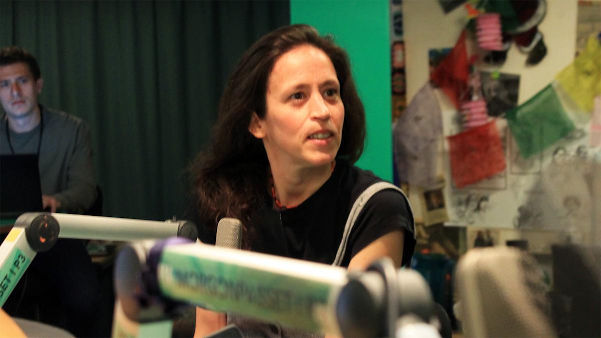 Paula Mulinari pratar med David under en låtpaus. Foto: Paulo Saka/SR
