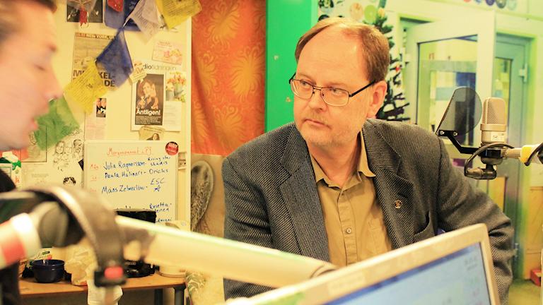 Clas Svahn snackar med David under låtpaus. Foto: Paulo Saka/SR