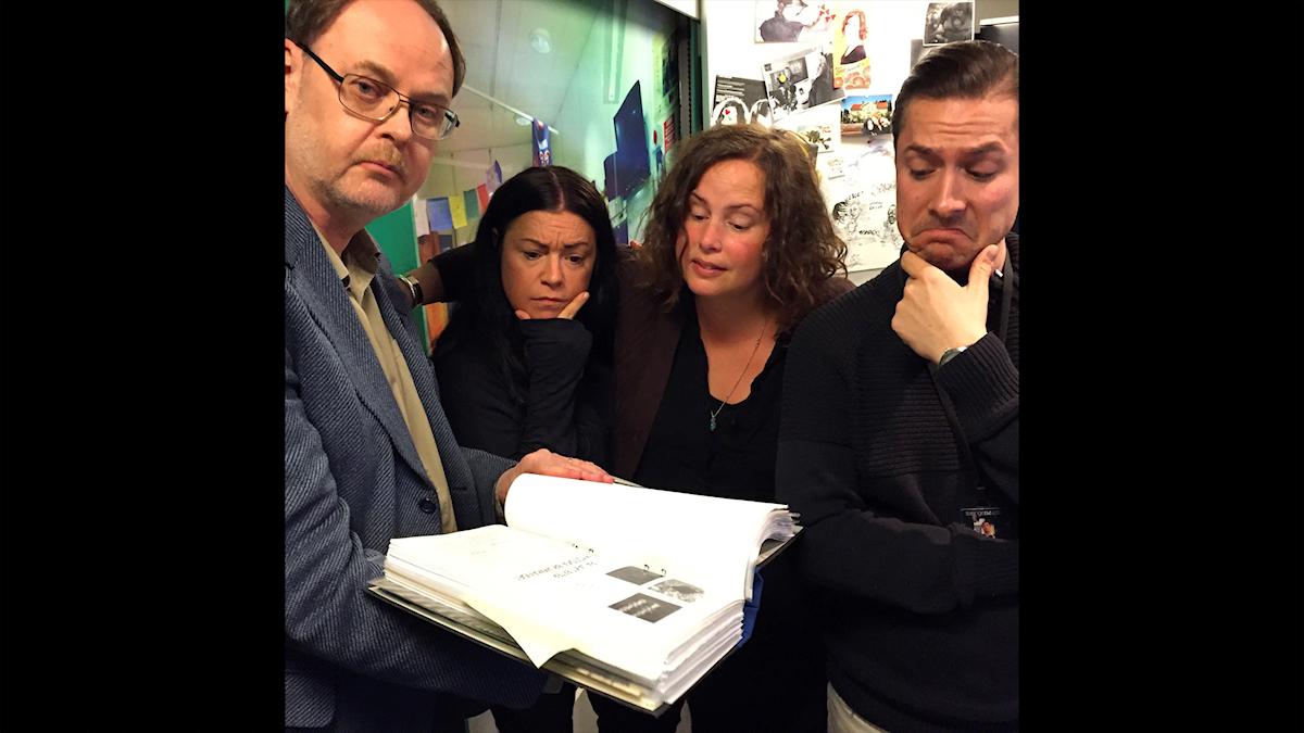 Clas Svahn visar sin pärm med mystiska saker för Martina, Hanna och David. Foto: Paulo Saka/SR