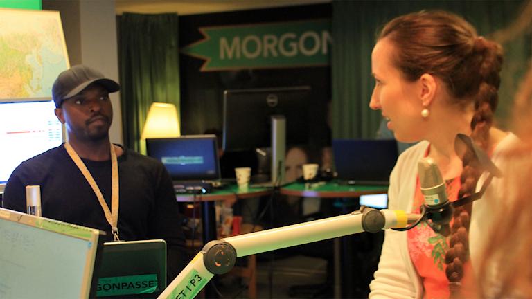 Kodjo och Carolin Johansson snackar under en låtpaus. Foto: Paulo Saka/SR