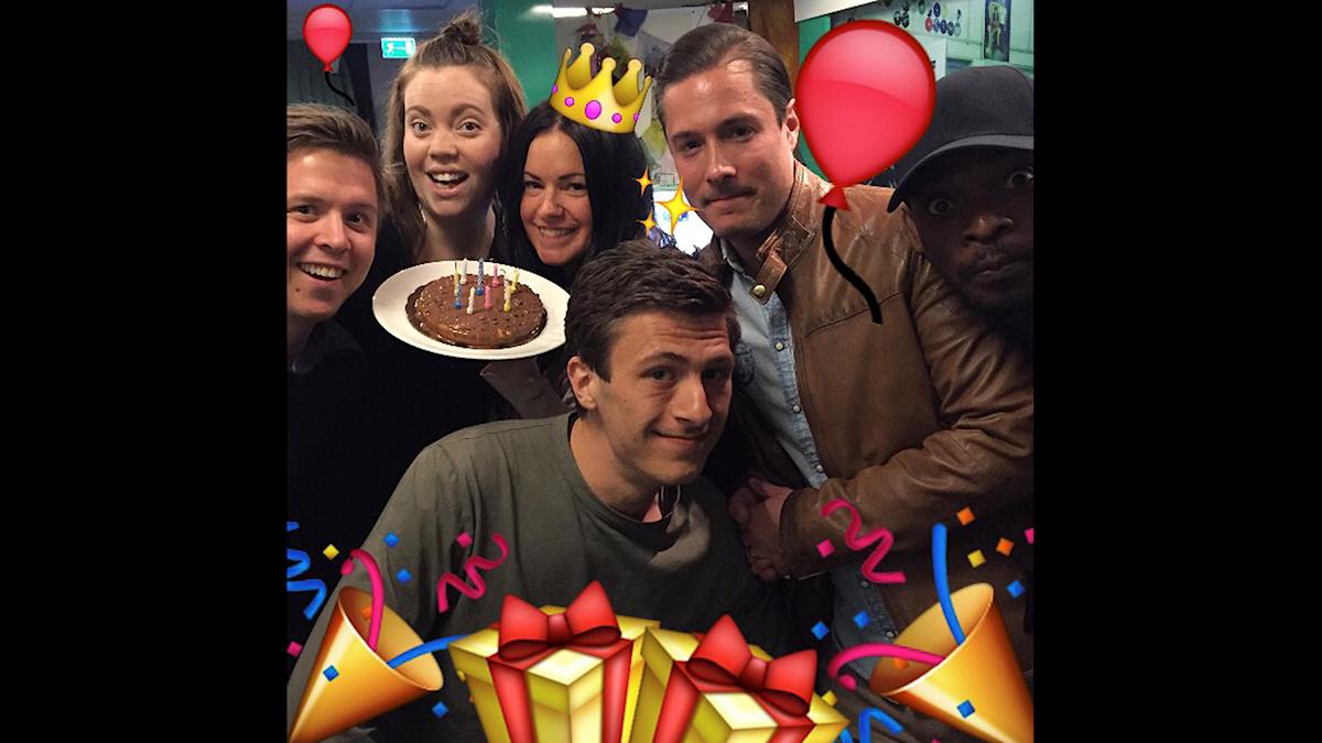 Kalle, Isabel, Martina, Fabian, David och Kodjo firar Martinas födelsedag! Foto: Paulo Saka/SR