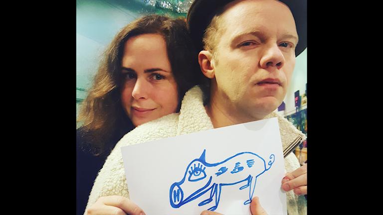 Hanna och Olof Wretling visar upp Katlas minisgris Burlesqo!