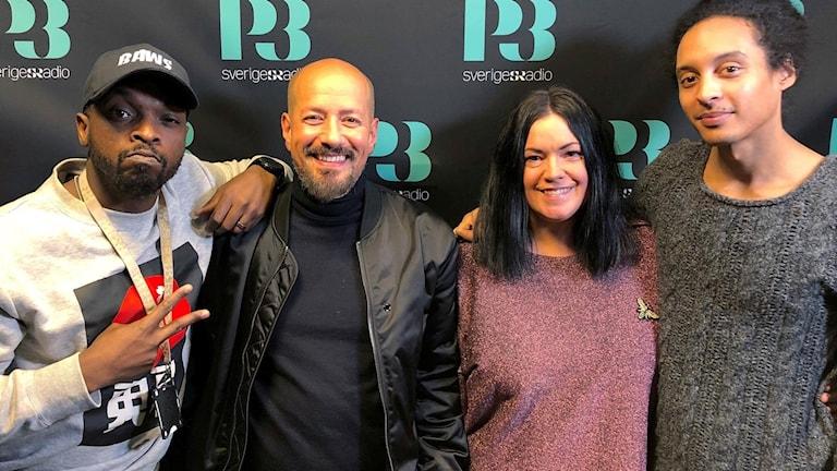 Martina, Kodjo och Victor står tillsammans med Tarek Saleh.