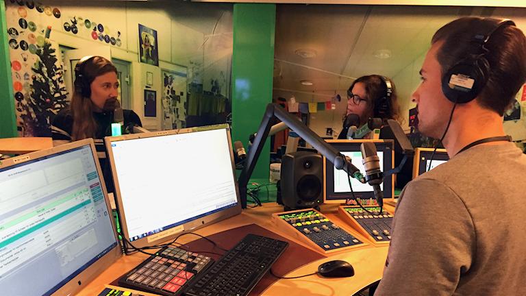 Caroline Kernen från P3 Nyheter, Hanna och David snackar om Caroline & Paloma Vangpreechas granskning kring vården av vestibulit.
