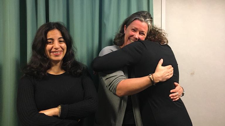 Maria Strandlund Tomsvik kramar Hanna och Maria står bredvid.