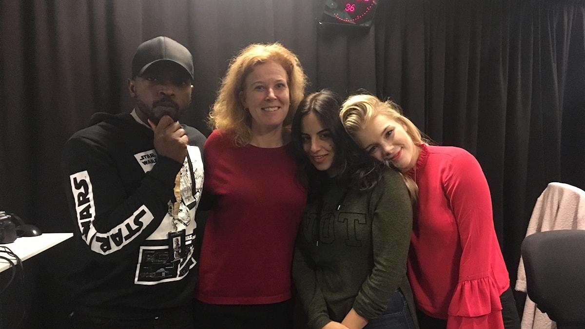 Anna-Maria står tillsammans med Kodjo, Maria och Kristina