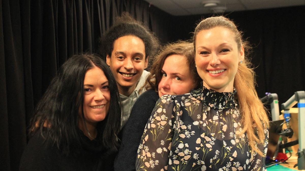Martina, Vistor och Hanna står med Paulina Draganja.