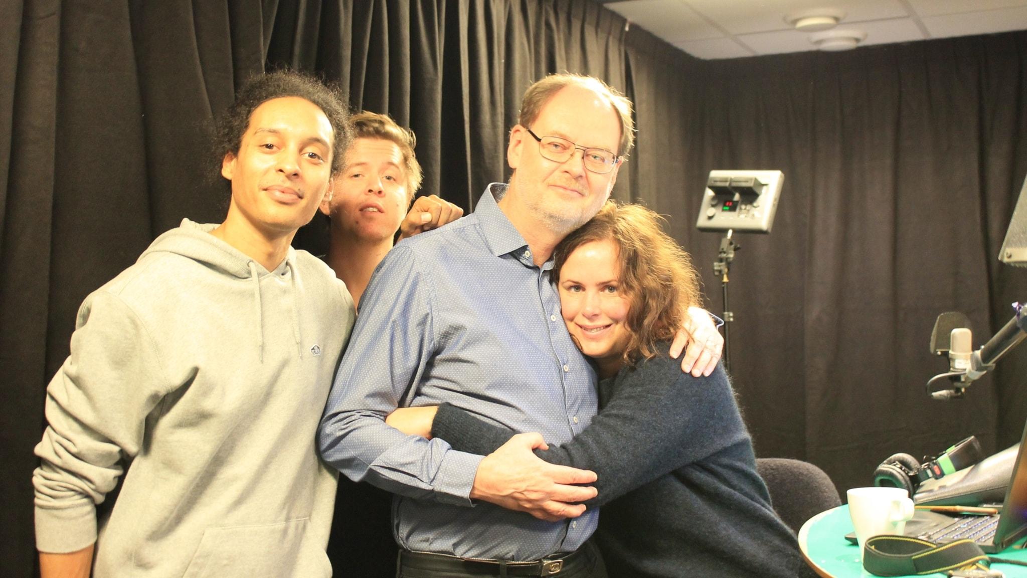 Victor, Kalle och Hanna står med Clas Svahn