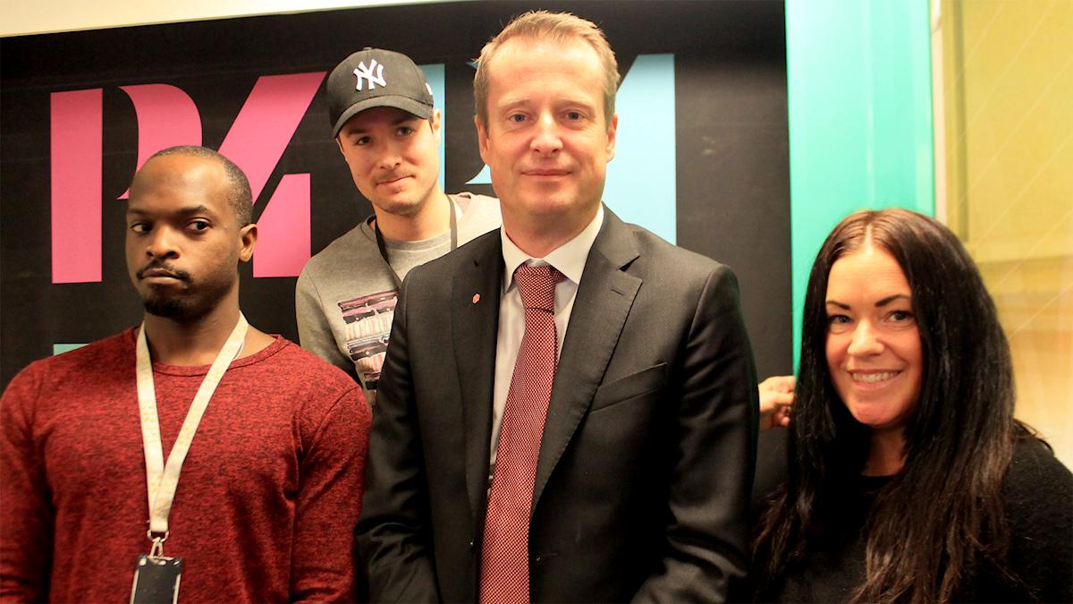 Kodjo, David, inrikesminister Anders Ygeman och Martina försöker hålla den formella tonen i studion. Går sådär hehehe...
