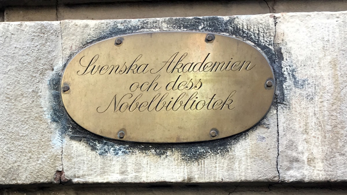 "a bronze colored plaque that reads in Swedish ""The Swedish Academy and its Nobel Library"""