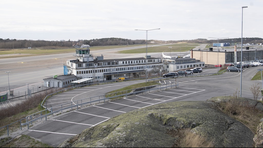 A picture of an air control tower and a runway.